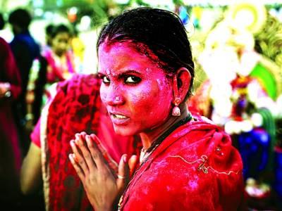 نئی دہلی: ہندو عورت پوجا کیلئے جا رہی ہے