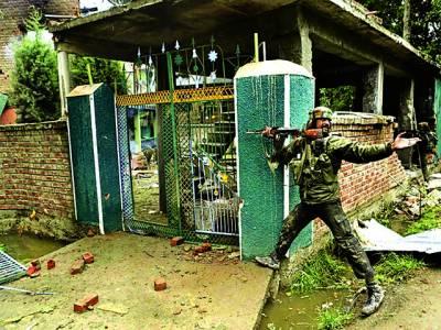 سری نگر: بھارتی فوجی کشمیری مسلمانوں پر پر حملہ کرنے کیلئے اپنے ساتھی کو بلا رہا ہے