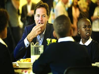 لندن: نائب وزیر اعظم نک کلگ سکول بچوں کے ہمراہ کھانا کھا رہے ہیں