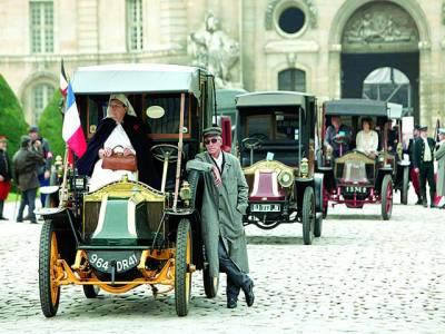 پیرس: قدیم گاڑیوں کی نمائش کی جا رہی ہے
