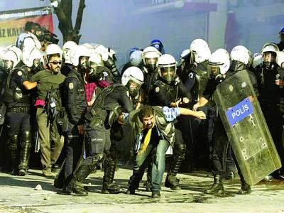 استنبول: سکیورٹی اہلکار مظاہرے میں شریک ایک شخص کو پکڑے ہوئے ہیں
