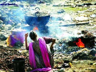 خانہ بدوش خاتون عید قربان پر اکٹھی کی گئی چربی کو گرم کرکے گھی تیار کر رہی ہے
