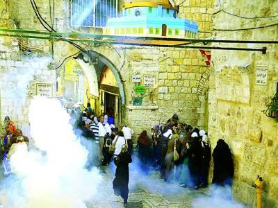 غزہ: فلسطینی باشندے اسرائیلی فوج کی جانب سے آنسو گیس سے بچنے کیلئے بھاگ رہے ہیں