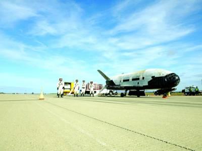 واشنگٹن: خلائی جہاز کی زمین پر واپسی کے بعد خلاباز تصویربنوارہے ہیں