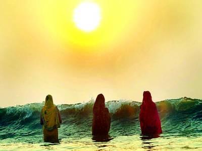 ممبئی: ہندو خواتین سورج کے طلوع ہونے کے وقت پانی میں پوجا کر رہی ہیں