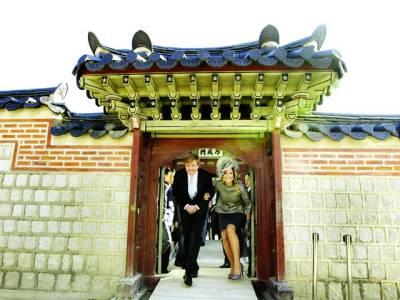 سیول: جرمن بادشاہ ولیم الیگزینڈر اور ملکہ میکسیما جنوبی کوریا کے دورہ کے دوران ایک مندر سے باہر آ رہے ہیں