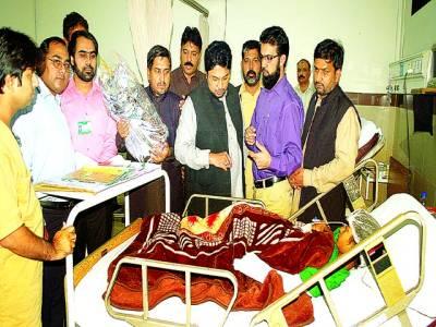 لاہور، ڈاکٹر حسین محی الدین،نعیم گھرکی، ڈاکٹر خرم اعجازسانحہ واہگہ بارڈر کے زخمیوں کی گھرکی ہسپتال میں عیادت کر رہے ہیں