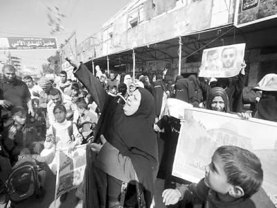 غزہ: فلسطینی احتجاج کے دوران اسرائیل کے خلاف نعرے بازی کر رہے ہیں