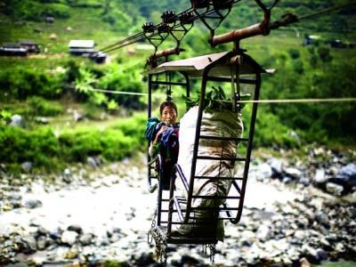 کھٹمنڈو: نیپالی خاتون لفٹ کے ذریعے دریا عبور کر رہی ہے