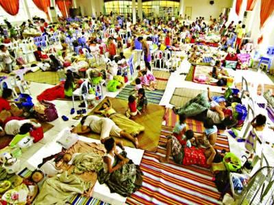 منیلا: فلپائن میں سمندری طوفان کی آمدکے خطرے کے پیش نظرشہریوں کو ایک کیمپ میں جمع کیاگیاہے