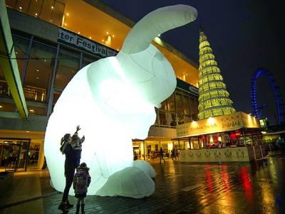 نیو یارک: دو بچیاں 7میٹر اونچے روشن پلاسٹک کے بنے ہوئے خرگوش کودیکھ رہی ہیں