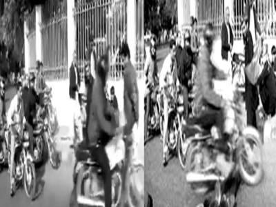 جی پی او چوک پر موٹر سائیکل سوار سڑک پر لیٹے کارکن کی ٹانگوں سے گزر گیا