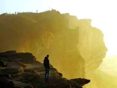 پرتگال: غیر ملکی سیاح سمندر کے کنارے موسم سے لطف اندوز ہو رہا ہے