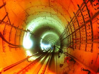 لندن: ملازم زیر زمین ریلوے ٹریک کو صاف کر رہے ہیں