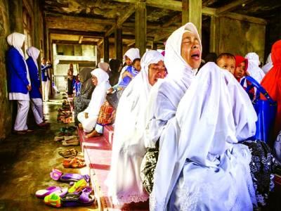 جکارتہ: انڈونیشیائی خواتین سونامی کے 10برس مکمل ہونے کے موقع پر ایک تقریب میں دعامانگ رہی ہیں