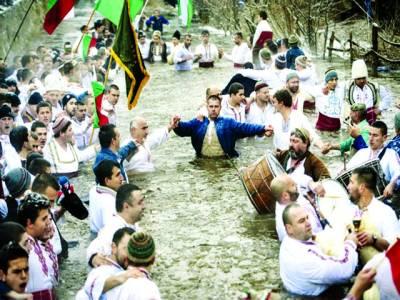 بلغاریہ: روائتی میلے کے موقع پر لوگ ٹھنڈے پانی میں ڈانس کر رہے ہیں