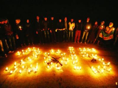 ایلپاؤ: شامی باشندے نئے سال کی آمدپر 2015موم بتیاں جلائے لکھیں شریک ہیں