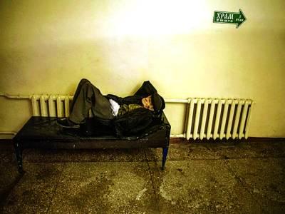 میڈرڈ: ایک معمر بے گھر شخص بینچ پر لیٹا ہو اہے