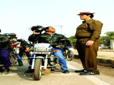 نئی دہلی: موٹر سائیکل سوار اشارے پر کھڑے ڈیوٹی پر موجود بھارت کے 7فٹ سے زائد لمبے پولیس اہلکار کو دیکھ رہا ہے