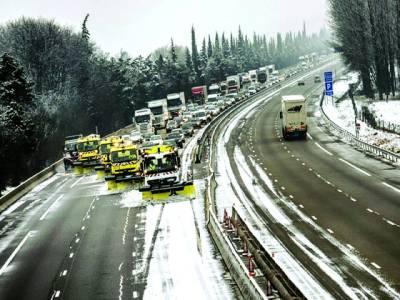 سڈنی: کارپوریشن کے ٹر ک سڑک پرجمی ہوئی برف کو صا ف کر رہے ہیں
