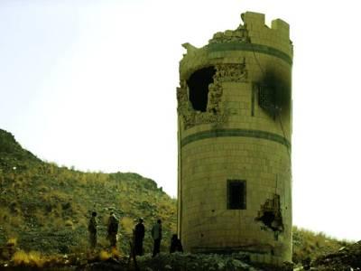 صنعاء: سکیورٹی اہلکار باغیوں کے حملے سے صدارتی محل کے نقصان زدہ گارڈ پوسٹ کے پاس موجودہیں