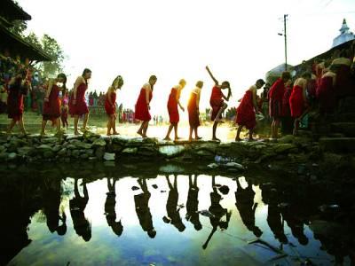کھٹمنڈو: عقیدت مند مندر میں عبادت کرنے کیلئے پانی کے نالے کو عبور کر رہے ہیں