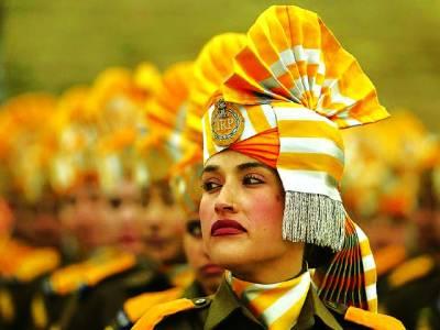 سری نگر: ایک خاتون بھارتی پولیس اہلکار پریڈ میں شریک ہے