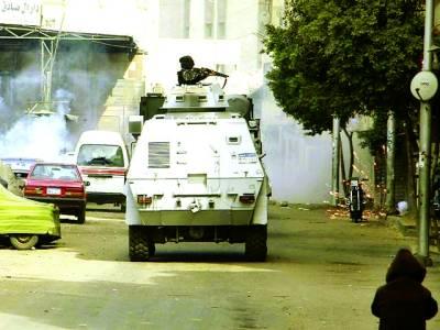 قاہرہ: سکیورٹی اہلکار ٹینک پر گشت کر رہا ہے