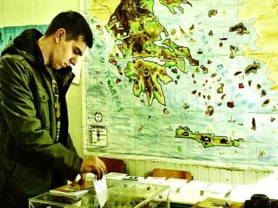 ایتھنز: ایک شخص پولنگ سٹیشن میں ووٹ کاسٹ کر رہا ہے