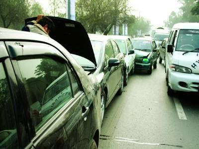 شا د ما ن ،تیز رفتار کار کی اچانک بریک سے 5 گاڑیاں ٹکرا گئیں