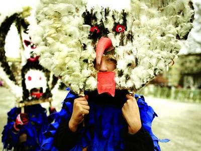 بلغاریہ: ایک فیسٹول کے دوران بچے جانوروں کی شکلوں والے ماسک پہنے ہوئے ہیں