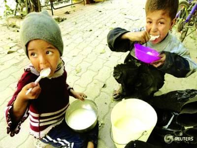 دمشق: پناہ گزین کیمپ میں موجود بچے کھاناکھارہے ہیں