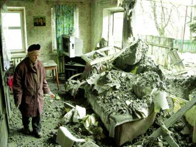 کیف: ایک یوکرینی خاتون بمباری کے دوران اپناتباہ ہونے والاگھردیکھ رہی ہے