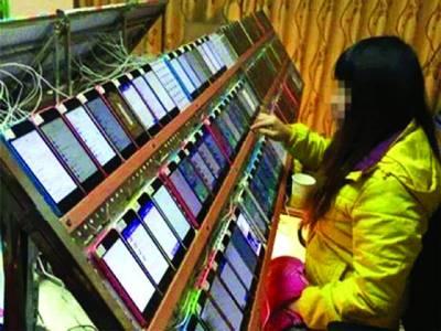 اتنے سارے آئی فونز کے ساتھ یہ خاتون کیا کر رہی ہے؟جو آپ سوچ بھی نہیں سکتے