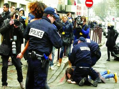 پیرس: فرانسیسی پولیس اہلکاروں نے احتجاج کرنے والوں کو حراست میں لے رکھا ہے