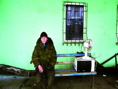 ماسکو: روسی فوجی پہرے کے دوران سگریٹ پی رہا ہے