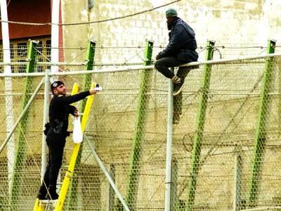 میڈرڈ: سکیورٹی اہلکار عدالت کی عمارت پر خاردار لگا رہے ہیں