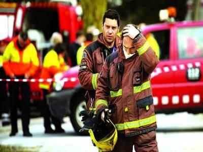 میڈرڈ:بم دھماکے والی ایک عمارت میں چیکنگ کے بعد عملہ واپس جا رہا ہے