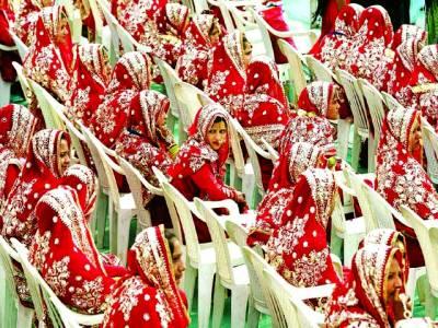 احمد آباد: مسلمان دلہنیں اجتماعی شادی کی تقریب میں کرسیوں پر بیٹھی ہیں