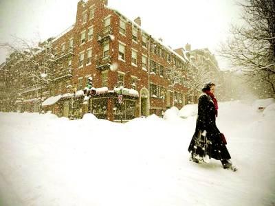 ٹورنٹو: ایک خاتون برف باری میں کام پر جا رہی ہے