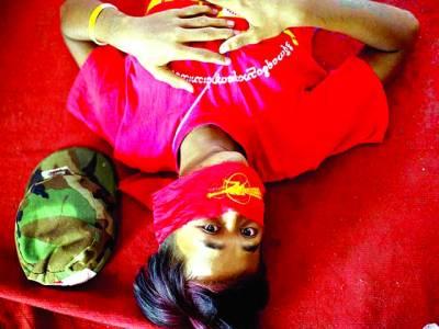 میانمر: ایک طالبعلم کالج انتظامیہ کے خلاف احتجاج میں منہ پر پٹی باندھے لیٹا ہے