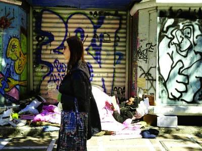 میڈرڈ: بے گھر شخص ایک دکان کے باہر لیٹا کتاب پڑھ رہا ہے