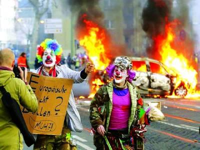 فرینکفرٹ: مظاہرین رنگ دار لباس پہنے حکومت کے خلاف احتجاج میں شریک ہیں