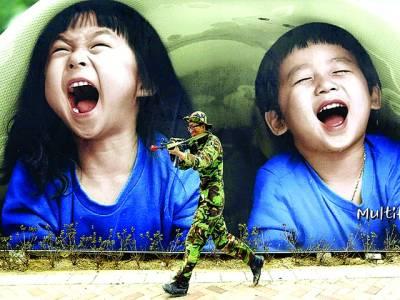 سیول: ساؤتھ کورین فوجی جنگی مشق کے دوران ایک اشتہار کے سامنے سے گزر رہاہے