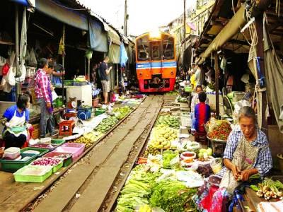 بینکاک: ٹرین کے دونوں اطراف دکاندار اشیاء فروخت کرنے کیلئے بیٹھے ہیں' دنیا کی خطرناک مارکیٹوں میں روم ہوپ مارکیٹ کا شمار ہو تا ہے جہاں کسی بھی وقت انسانی حادثہ ممکن ہے