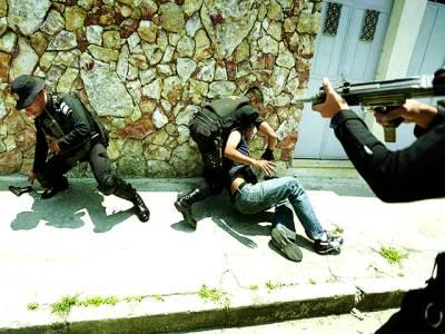 گوئٹے مالا: سکیورٹی اہلکار مظاہرہ کرنیوالے ایک شخص کو گرفتار کر رہے ہیں