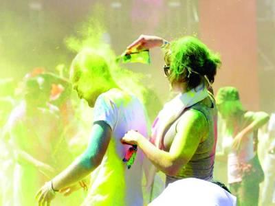 پیرس: مقامی کالج کی تقریب میں طالبعلم ایک دوسرے پر رنگ پھینک رہے ہیں