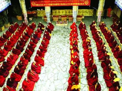 تبت: بدھ مت مندر میں عبادت کر رہے ہیں