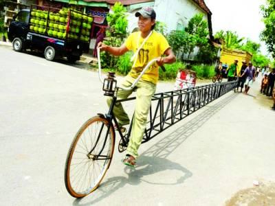 جکارتہ: ایک شخص 44فٹ لمبی بائی سائیکل کو چلا رہا ہے