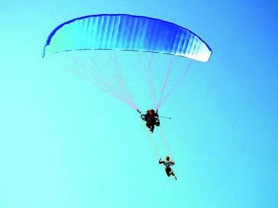 پیرس: دو ماہر پیرا شوٹ کے ذریعے فضا سے زمین پر آ رہے ہیں